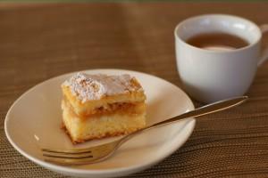 りんごのケーキと薬草茶