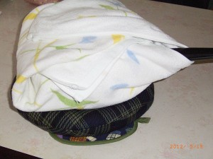 鍋をタオルで包んで