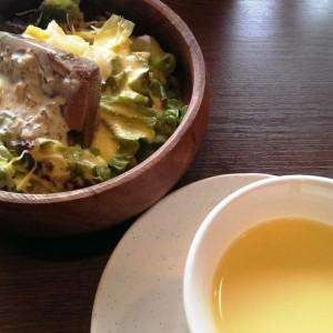 ポテトの冷製ポタージュと牛タンのサラダ