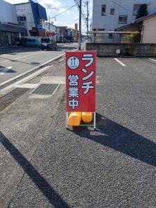 お店の入り口は赤い看板が目印