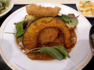 本日のメインディッシュ「サーモンのクリーム詰めコロッケ、ホタテのカレーソース」お野菜もたっぷり